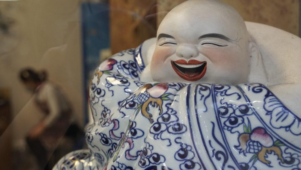 Meng-Hoa -Garge-les-gonesse traiteur-asiatique figurine-en-faience-qui-rit