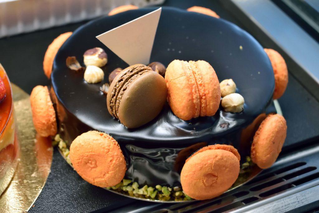 Boulangerie-de-leglise-boulangerie-patisserie-Vanves-Gateau-patisserie-8-parts-opera-au-chocolat-ornes-de-macarons