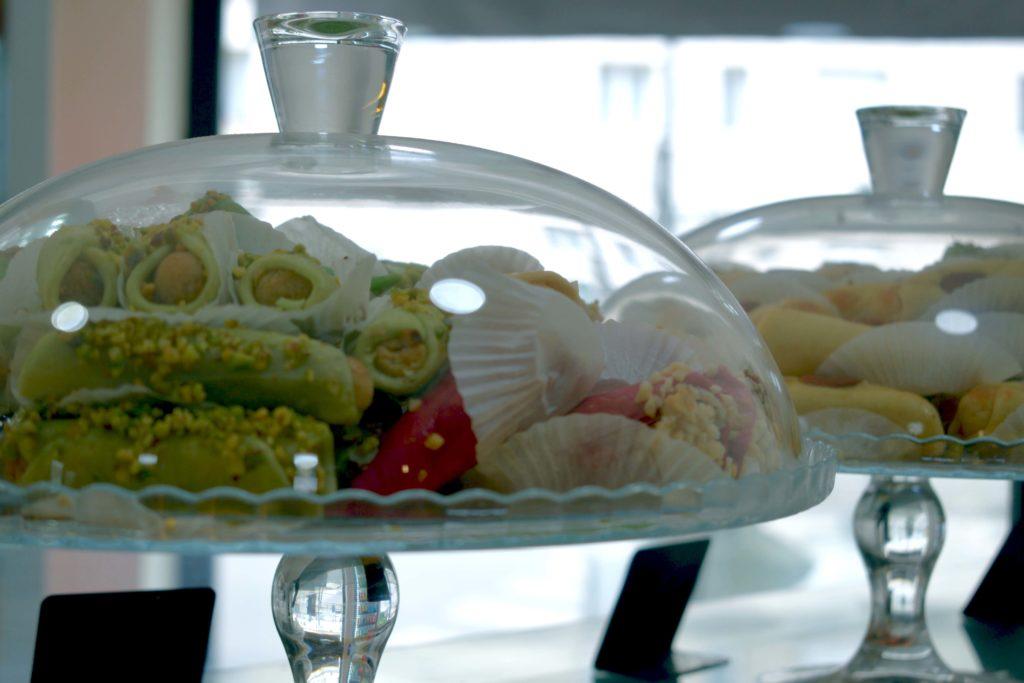 Boulangerie-de-leglise-boulangerie-patisserie-Vanves-cloches-contenant-des-patisseries-marocaines