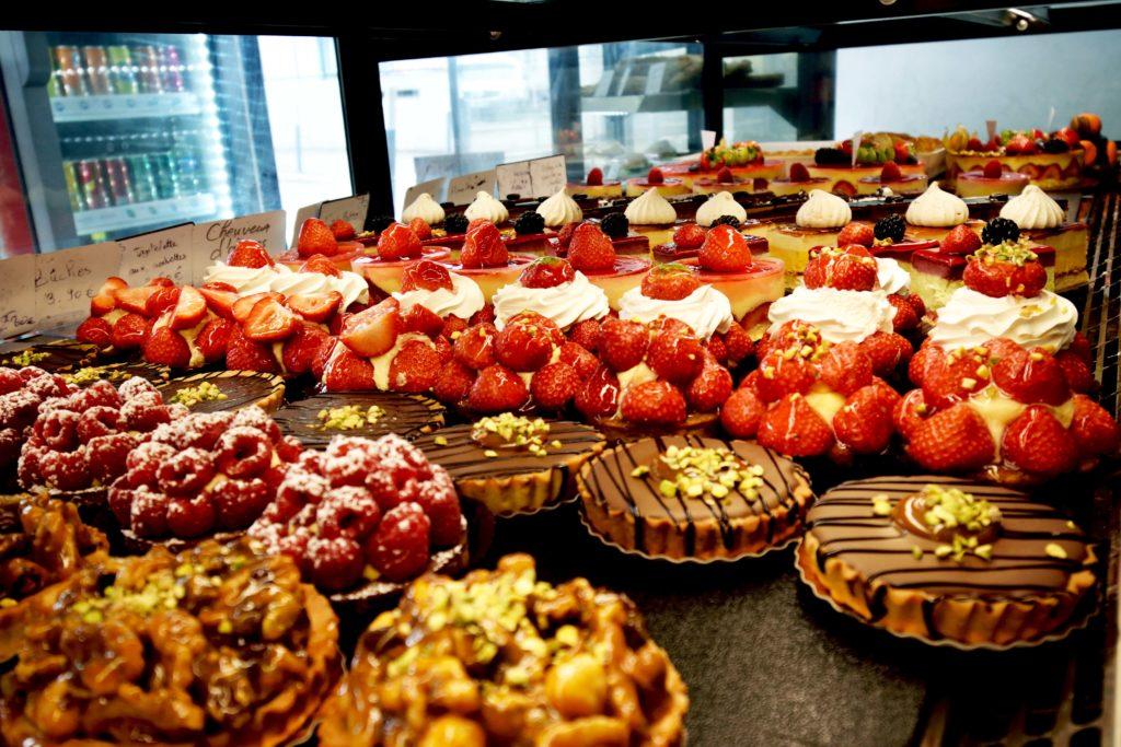 Boulangerie-de-leglise-boulangerie-patisserie-Vanves-interieur-de-vitrine-avec-vue-sur-patisseries