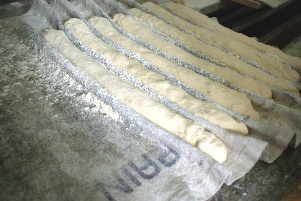 Boulangerie-de-leglise-boulangerie-patisserie-Vanves-les-futures-baguettes-de-pain-sont-mises-sous-tapis