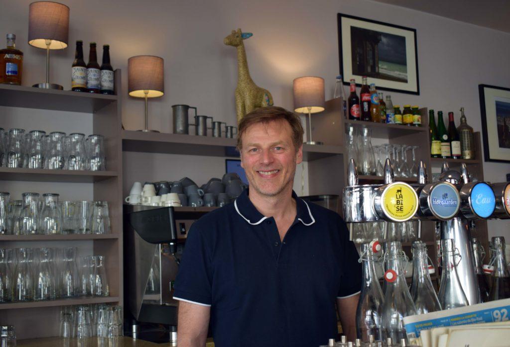 La-Girafe-creperie-restaurant-Vanves-Francois-Feroleto-officie-derriere-son-bar