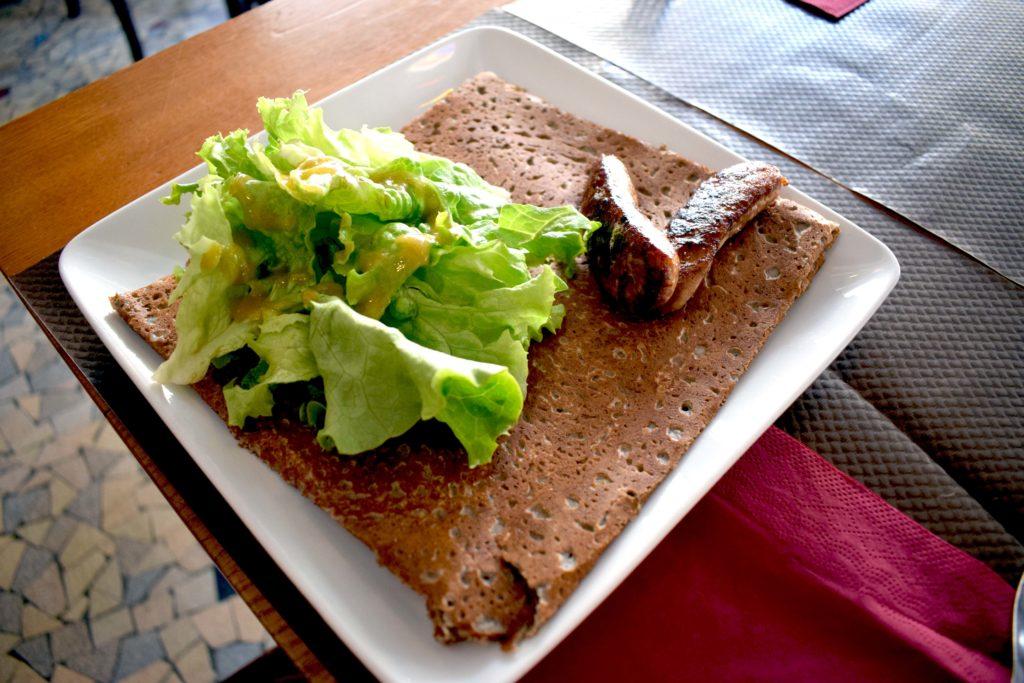 La-Girafe-creperie-restaurant-Vanves-recette-de-crepe-salee-aux-saucisses-dAveyron-aligots-et-salade