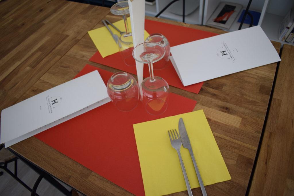 La-Treille-dHypathie-Bar-a-vins-Restaurant-Vanves-table-dressee-sur-la-mezzanine