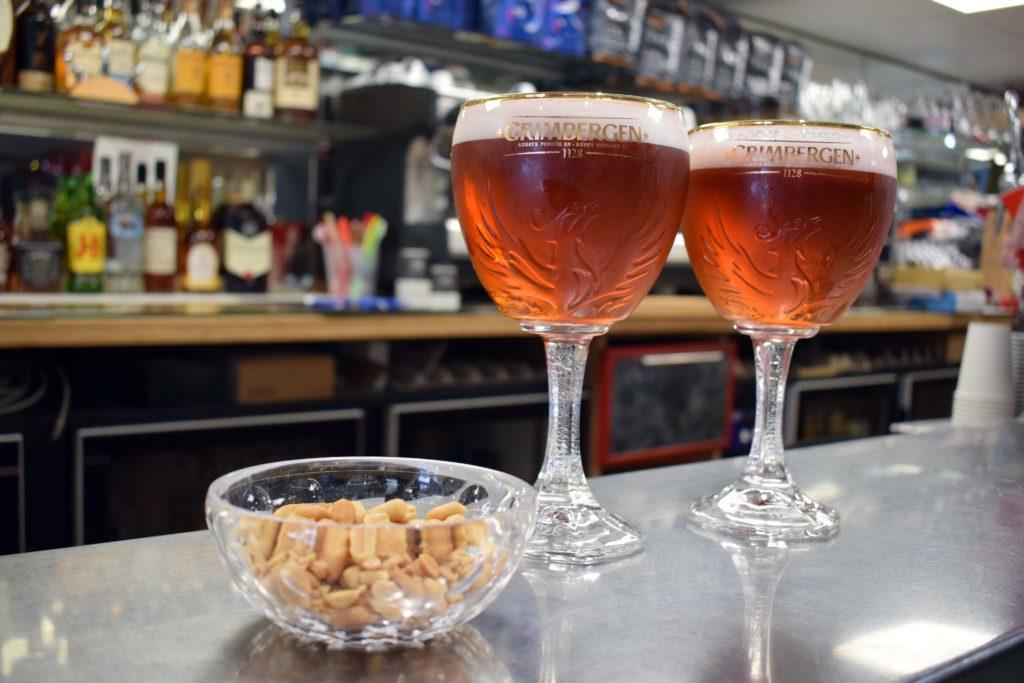 Le-Gabriel-Peri-Bar-Brasserie-Mitry-Mory-deux-coupes-de-biere-Grimbergen-avec-cacahuetes-pour-aperitif