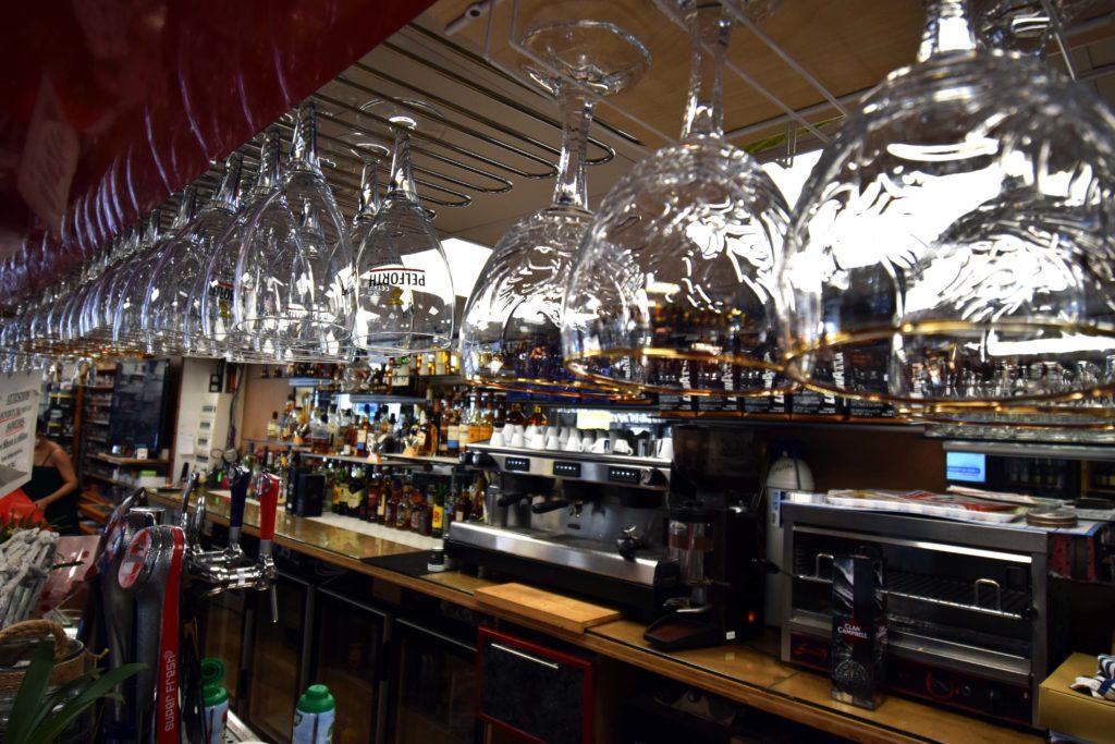 Le-Gabriel-Peri-Bar-Brasserie-Mitry-Mory-vue-sur-le-bar-depuis-les-verres-en-suspension