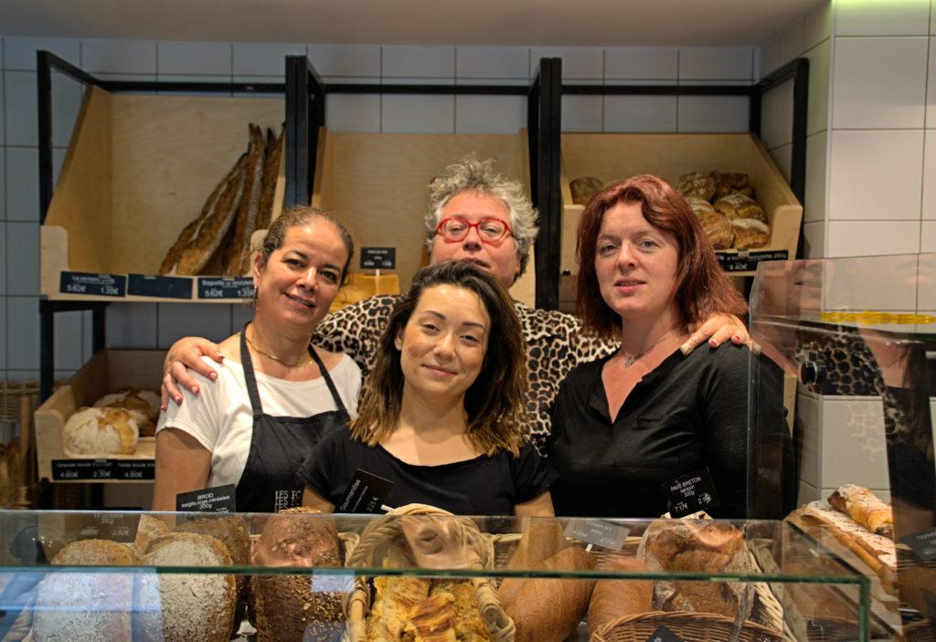 Les-toques-du-pain-boulangerie-patisserie-Vanves-Valerie-Habert-et-son-equipe-de-vente-devant-le-comptoir