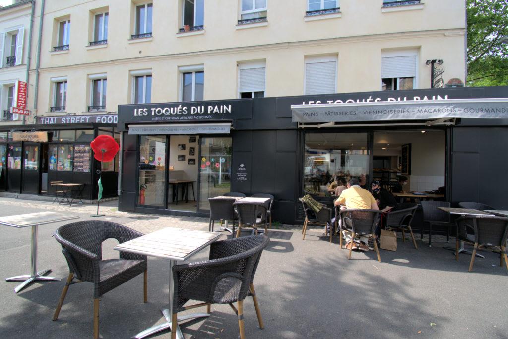 Les-toques-du-pain-boulangerie-patisserie-Vanves-devanture-avec-vue-sur-la-terrasse-exterieure