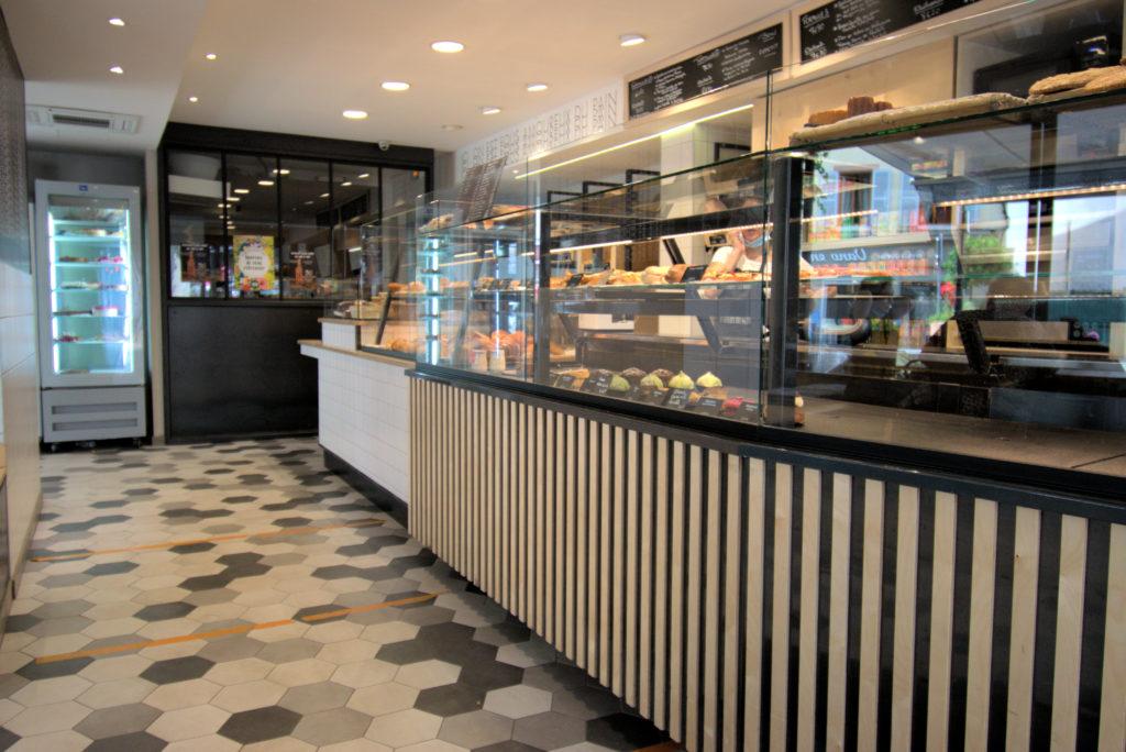 Les-toques-du-pain-boulangerie-patisserie-Vanves-vue-sur-la-vitrine-depuis-linterieur