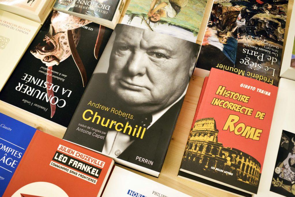 Librairie-Cheval-Vapeur-librairie-Vanves-selection-de-livres-au-sous-sol-dont-un-avec-Winston-Churchill-en-couverture