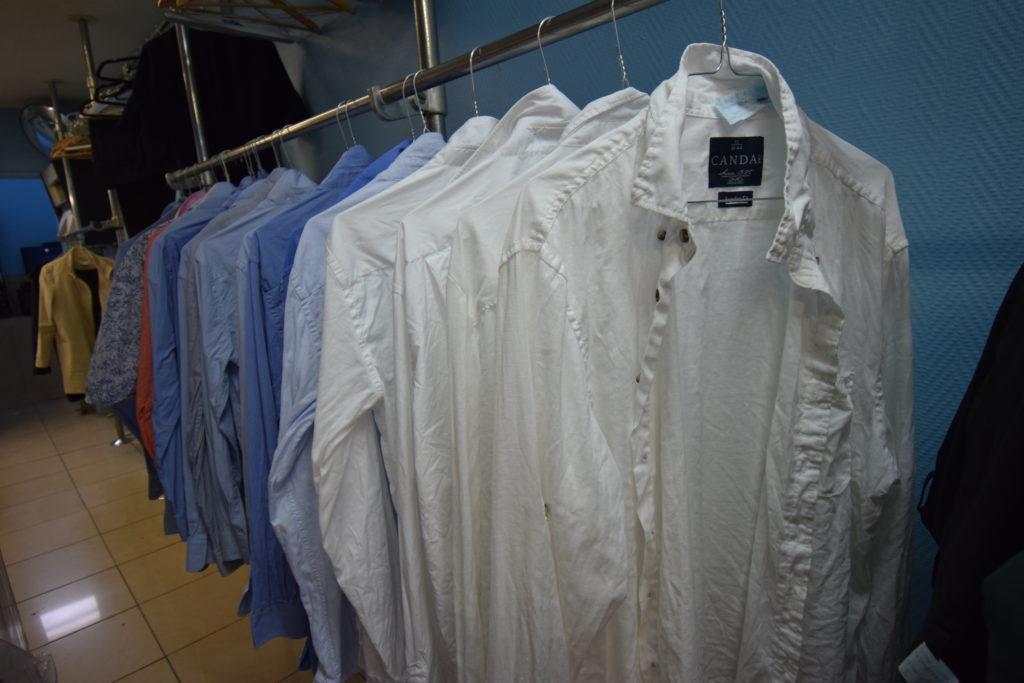 Qualite-pressing-Blanchisserie-pressing-Vanves-Kevin-Tourte-a-preparer-des-chemises-a-repasser