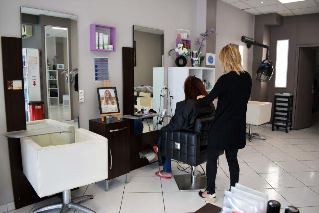 Art-Essentiel-salon-de-coiffure-mitry-mory-Severine-realise-le-brushing-de-sa-cliente