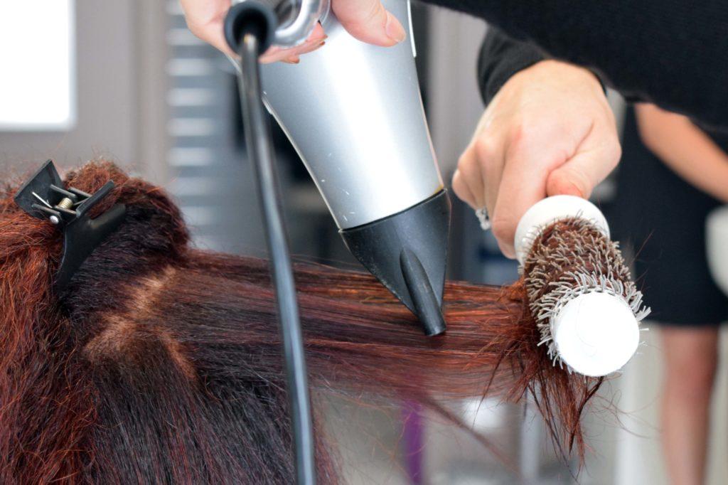 Art-Essentiel-salon-de-coiffure-mitry-mory-brushing-en-cours