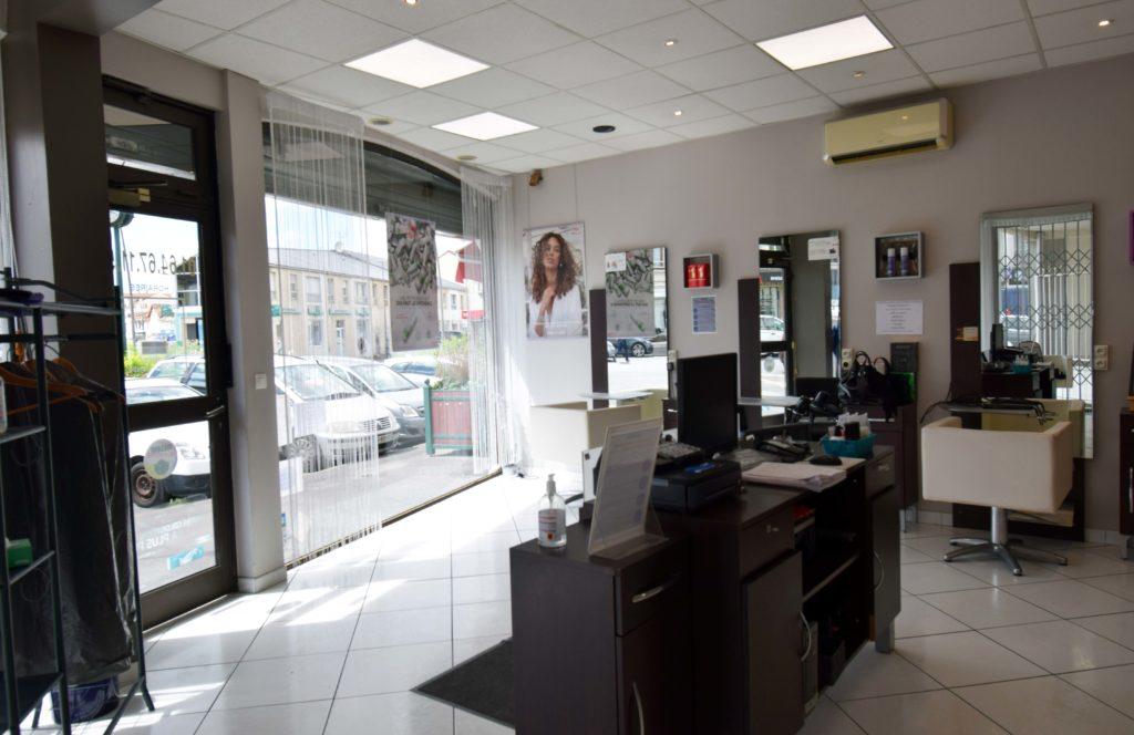 Art-Essentiel-salon-de-coiffure-mitry-mory-vue-de-linterieur-du-salon-depuis-lespace-detente