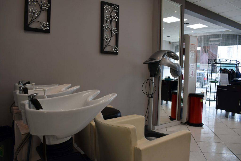 Art-Essentiel-salon-de-coiffure-mitry-mory-vue-interieur-du-salon-depuis-les-bacs-a-shampooing
