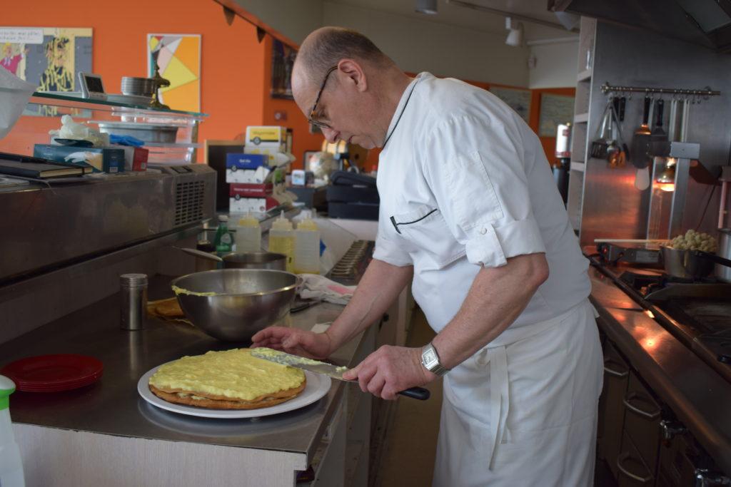 Bistrot-du-Marche-Restaurant-Mitry-Mory-Antoine-prepare-un-mille-feuilles-maison