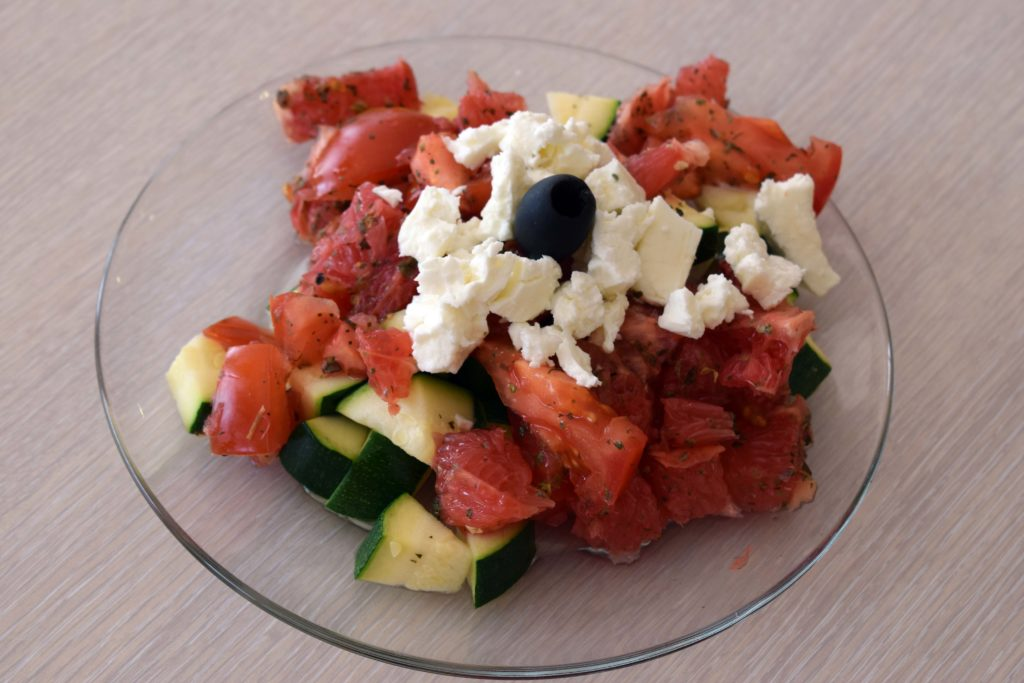 Bistrot-du-Marche-Restaurant-Mitry-Mory-salade-inspiration-libanaise-avec-tomates-agrumes-feta-courgettes