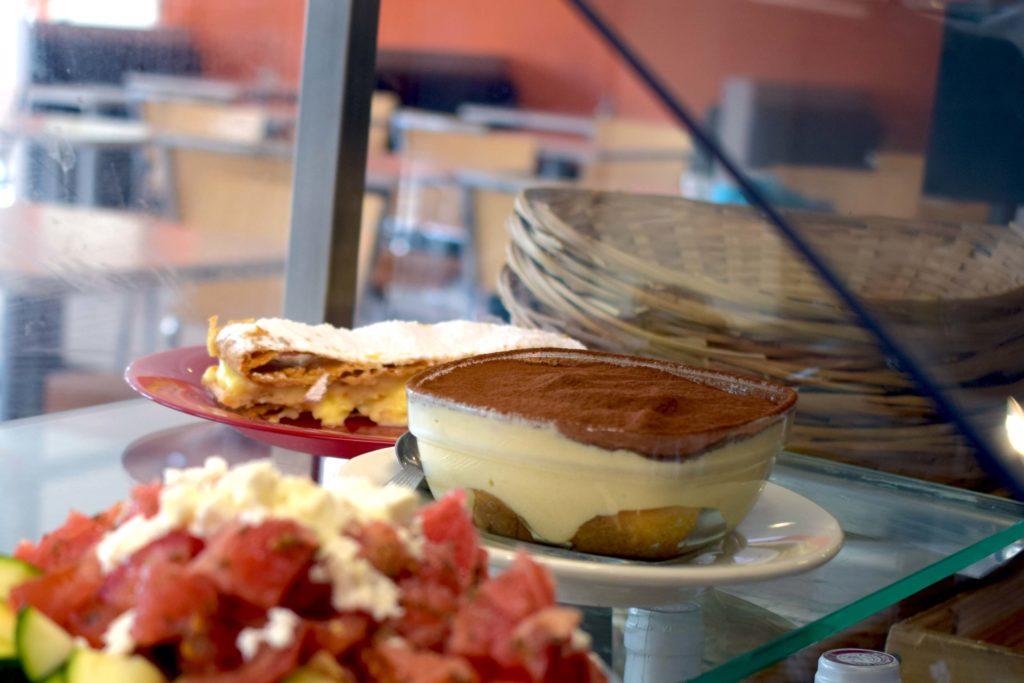 Bistrot-du-Marche-Restaurant-Mitry-Mory-vitrine-des-entrees-salade-et-dessert-tiramisu