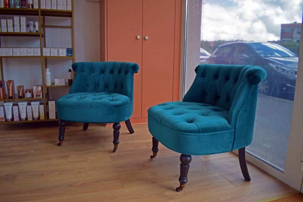 Ce-Joly-institut-de-beaute-Mitry-Mory-vue-rapproche-de-lespace-dattente-avec-deux-fauteuils