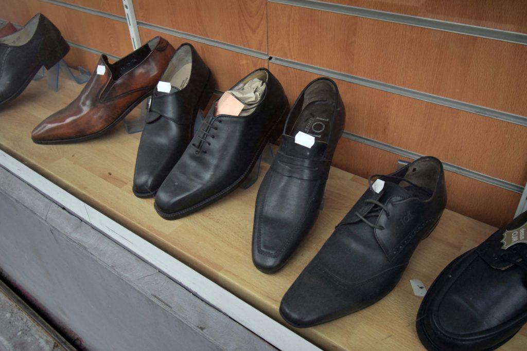 Cordonnerie-Chic-et-Choc-Cordonnerie-Vanves-chaussures-en-cuir-en-vente-dans-la-vitrine-de-la-devanture