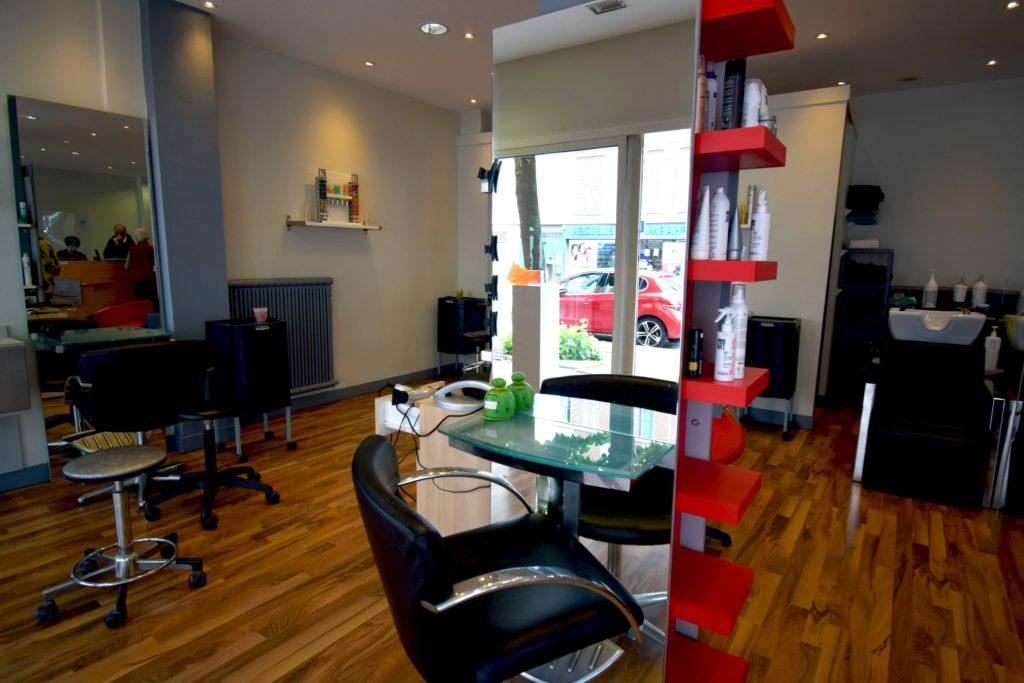 LB-Creations-salon-de-coiffure-Vanves-Vue-des-bacs-a-shampooing-et-des-sieges-de-prestations