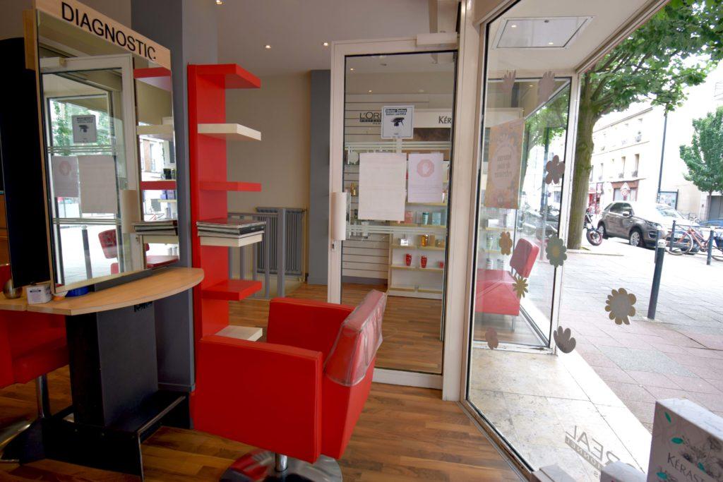 LB-Creations-salon-de-coiffure-Vanves-vue-de-la-vitrine-et-lespace-des-coupes-transformation