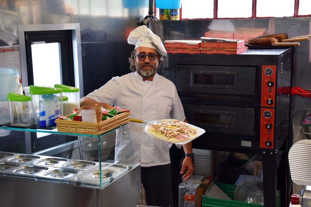 La-Boule-Joyeuse-restaurant-Mitry-Mory-Jose-sapprete-a-cuire-sa-pizza