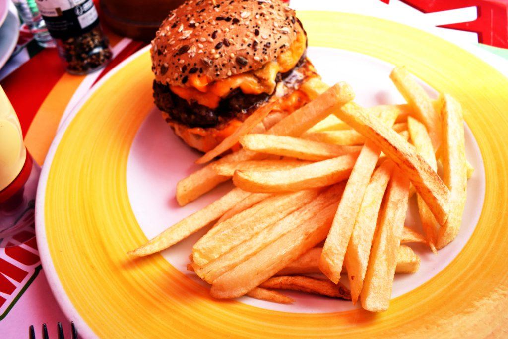 La-Boule-Joyeuse-restaurant-Mitry-Mory-zoom-sur-les-frites-maison-et-burger-du-menu-enfant