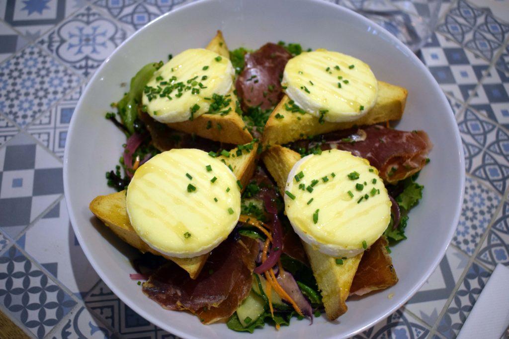 La-Table-12-epicerie-fine-restaurant-Vanves-salade-de-toats-avec-le-ptit-Ecir-en-Aubrac-fondu