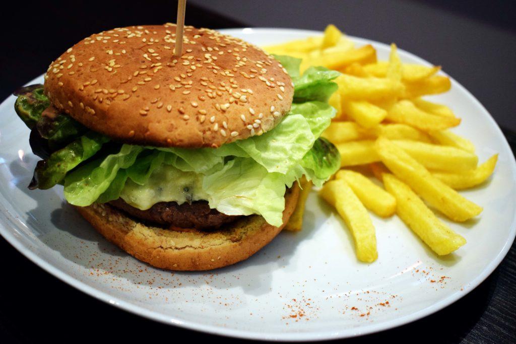 Oh-Divin-restaurant-Vanves-burger-a-la-fourme-dAmbert-et-frites-maison