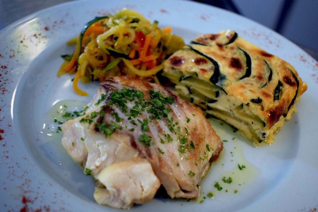 Oh-Divin-restaurant-Vanves-filet-de-lieu-poele-au-citron-avec-gratin-de-courgettes-au-fromages-et-julienne-de-legumes