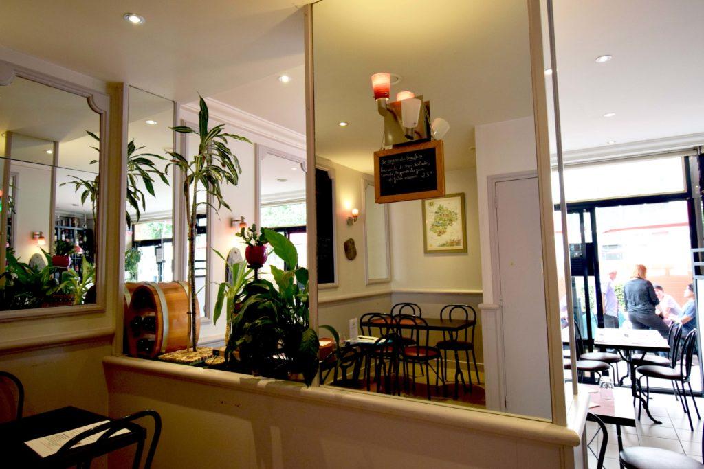 Oh-Divin-restaurant-Vanves-interieur-salle-avec-Isa-qui-prend-une-commande-en-terrasse