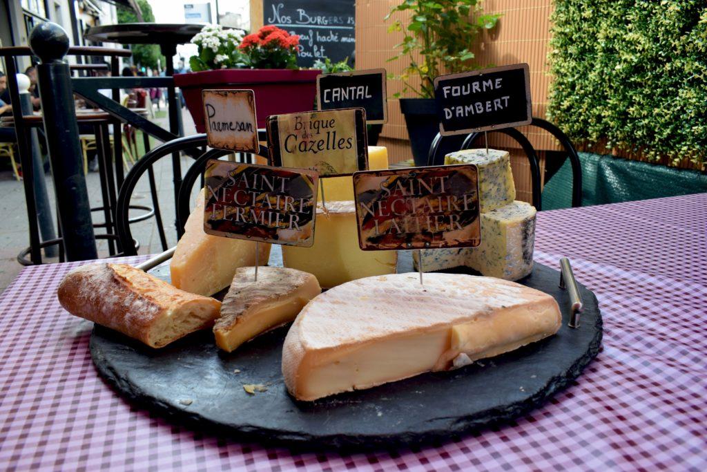 Oh-Divin-restaurant-Vanves-le-plateau-de-fromages-en-Alose-pose-sur-lune-des-tables-en-terrasse
