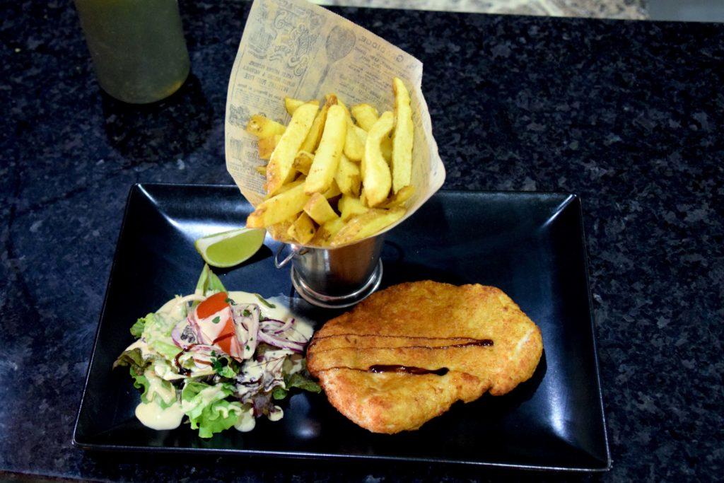 Le-train-de-vie-restaurant-Claye-Souilly-assiette-escalope-milanaise-de-dinde-frites-maison-et-salade-de-saison