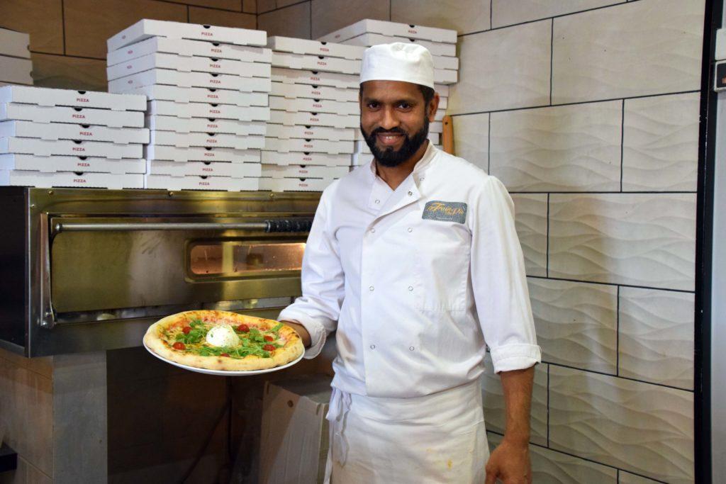 Le-train-de-vie-restaurant-Claye-Souilly-le-pizzaiolo-presente-la-pizza-Burratta