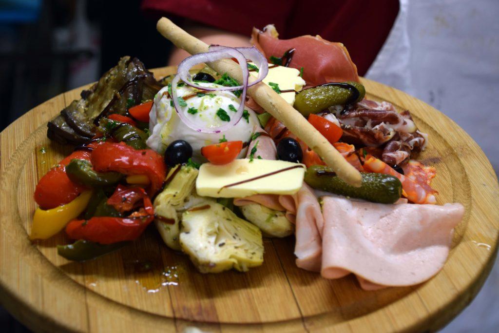 Le-train-de-vie-restaurant-Claye-Souilly-planche-mixte-composee-de-charcuterie-et-legumes-grilles