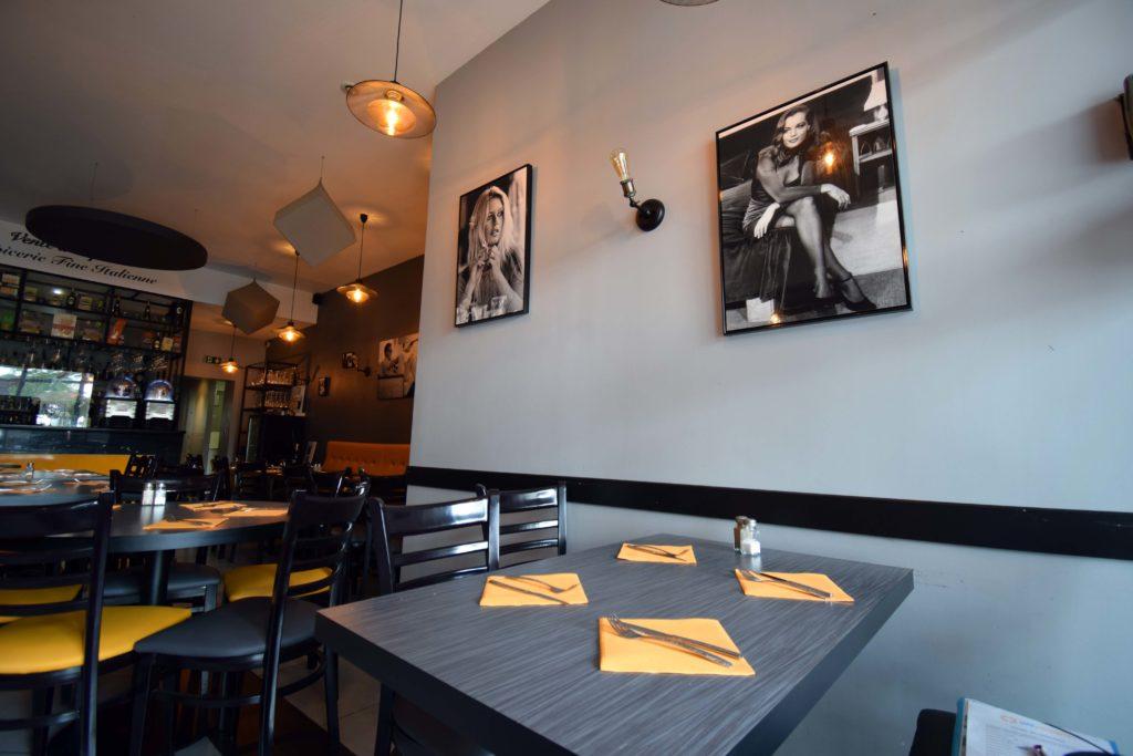 Le-train-de-vie-restaurant-Claye-Souilly-vue-du-restaurant-cote-droit-depuis-lentree-avec-cadre-Romy-Schneider
