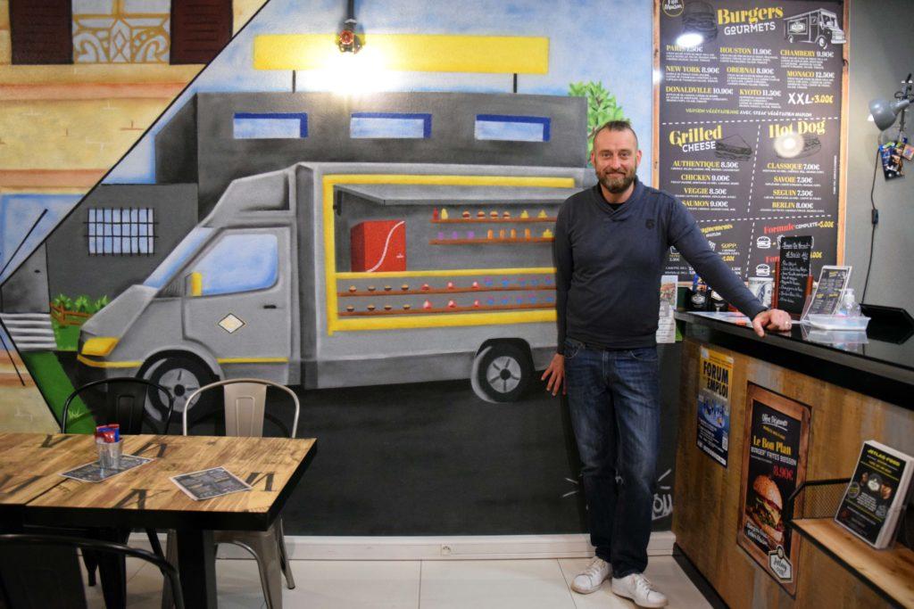 Jetlagfood-restaurant-La-Chapelle-en-Serval-Christophe-a-fait-peindre-sur-le-mur-son-food-truck