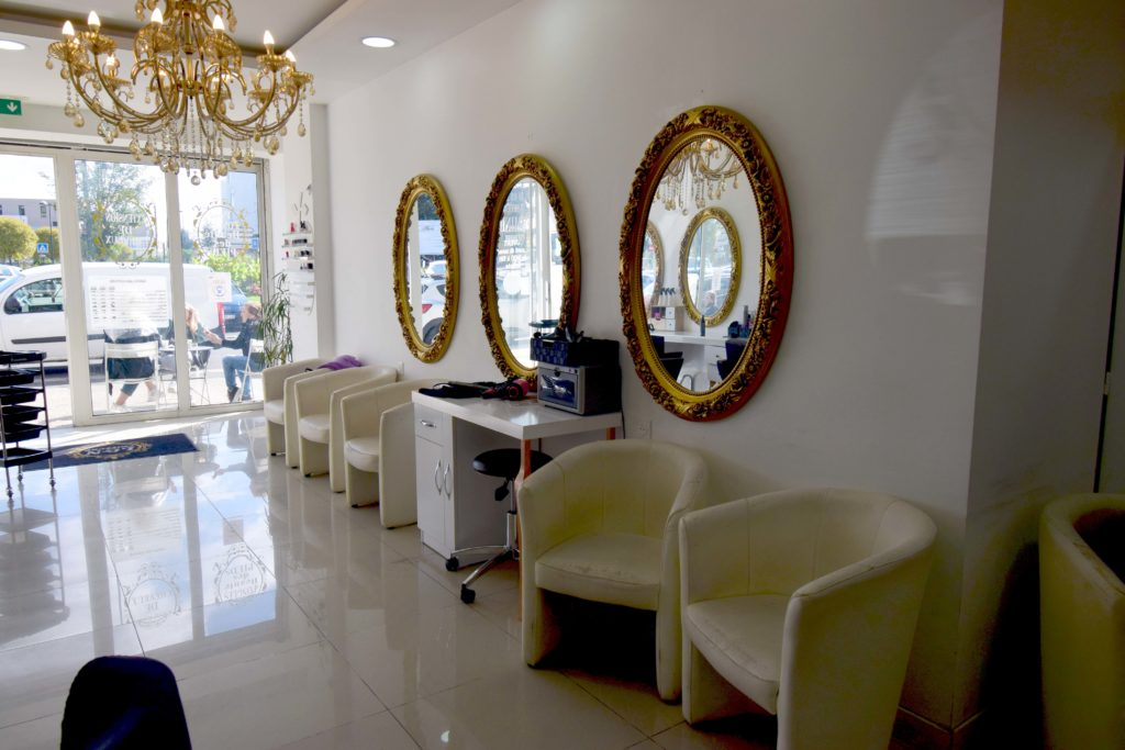 LN-Beaute-salon-de-coiffure-et-beaute-Villiers-Le-Bel-vue-de-lentree-depuis-le-salon
